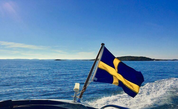 Sverigeflagga på havet
